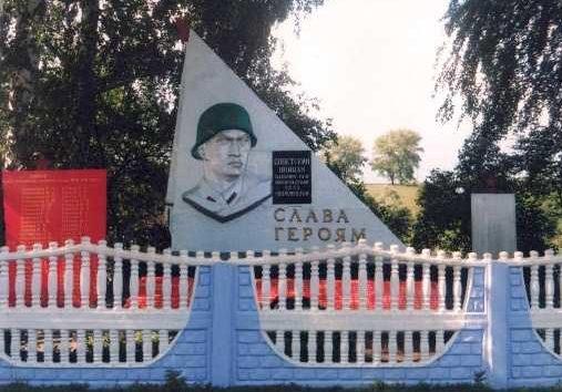 с. Черемошки Льговского р-на. Памятник, установленный в 1965 году на братской могиле, в которой похоронено 299 советских воинов, в т.ч. 199 неизвестных, погибших в марте 1943 года.