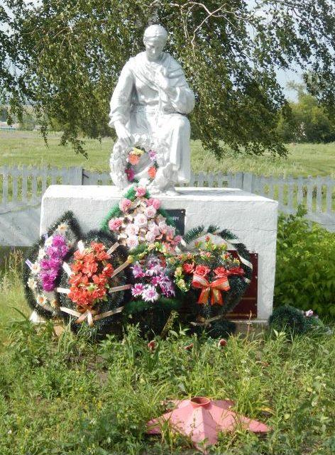 с. Безлепкино Мантуровского р-на. Памятник, установленный в 1957 году на братской могиле, в которой похоронено 165 советских воинов, в т.ч. 136 неизвестных.