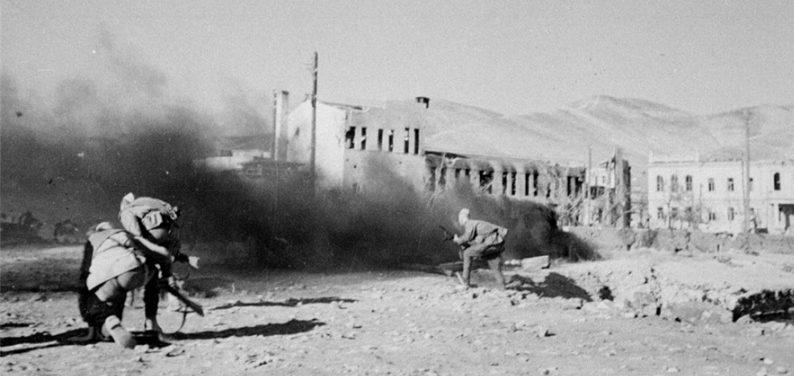 Части советской 18-й армии в бою на набережной Новороссийска. Сентябрь 1943 г.