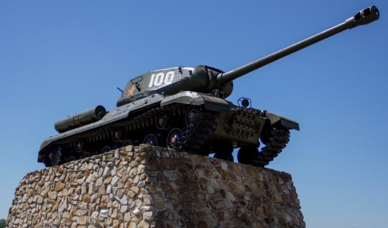 Памятный знак танк ИС-2, установленный в честь героев 19-го Перекопского танкового корпуса сооружён вблизи шоссе Поныри - Ольховатка.
