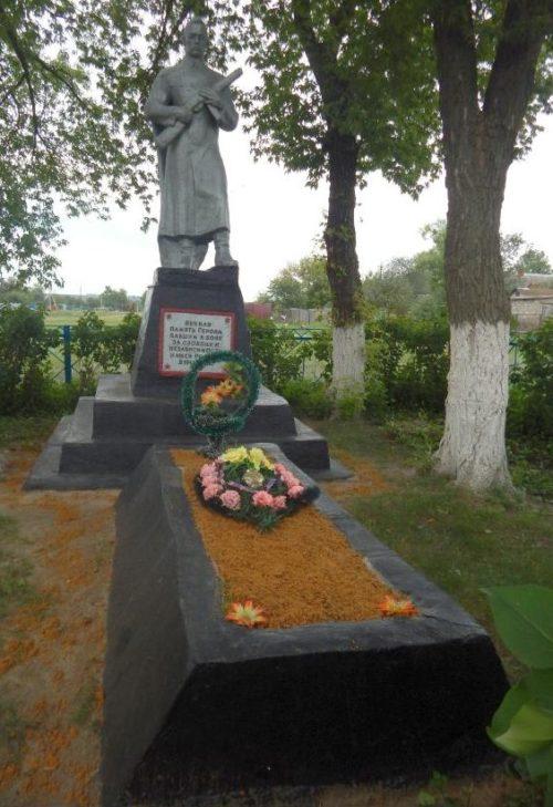 с. Большие Бутырки Мантуровского р-на. Памятник, установленный в 1964 году на братской могиле, в которой похоронен 21 советский воин.