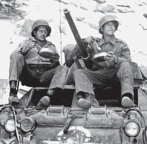 Бразильские солдаты у бронетранспортера М8. Италия 1945 г.