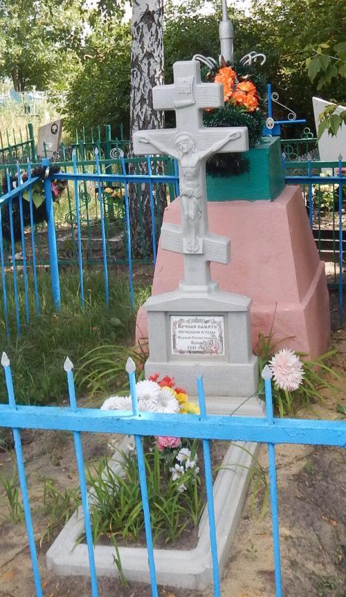 с. Верхосеймье Мантуровского. Памятник, установленный на братской могиле советских воинов.