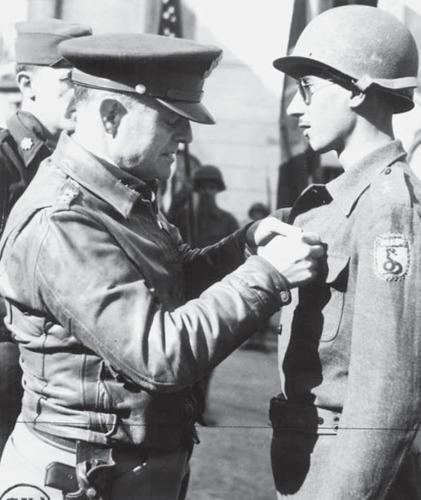 Генерал США Люциан Траскотт награждает бразильского солдата. Италия 1945 г.