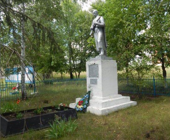 с. Гущино Мантуровского р-на. Памятник, установленный в 1966 году на братской могиле, в которой похоронено 3 советских воина.