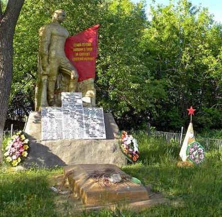 с. Заречье Мантуровского р-на. Памятник, установленный в 1964 году на братской могиле, в которой похоронено 73 советских воина.