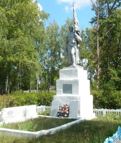 с. 1-е Засеймье Мантуровского р-на. Памятник, установленный в 1963 году на братской могиле, в которой похоронено 40 советских воинов.