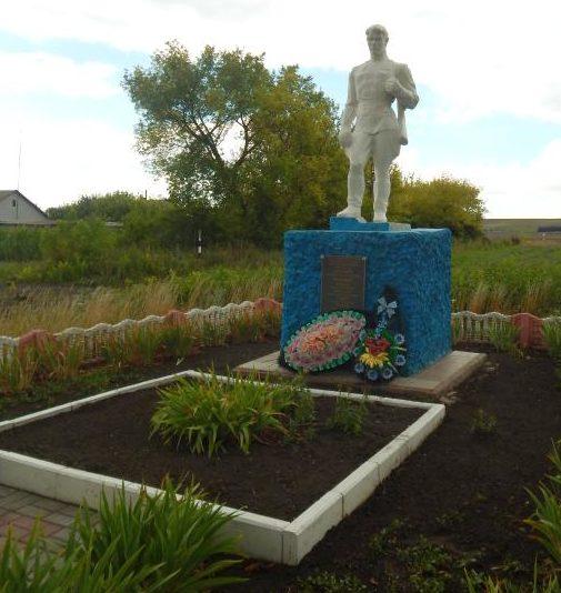 с. 2-е Засеймье Мантуровского р-на. Памятник, установленный в 1972 году на братской могиле, в которой похоронено 30 советских воинов, в т.ч. 26 неизвестных.