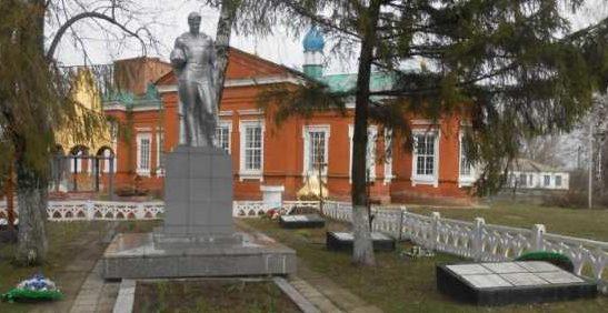 с. Бобрышево Пристенского р-на. Памятник, установленный в 1963 году на братской могиле, в которой похоронено 452 советских воина, в т.ч. 352 неизвестных.