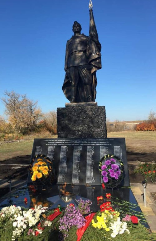 с. 2-е Засеймье Мантуровского р-на. Памятник в честь 75-летия Победы в Курской битве. На мемориальных плитах высечены более 300 имен односельчан, не вернувшихся с войны, и семерых бойцов, захороненных в братской могиле.