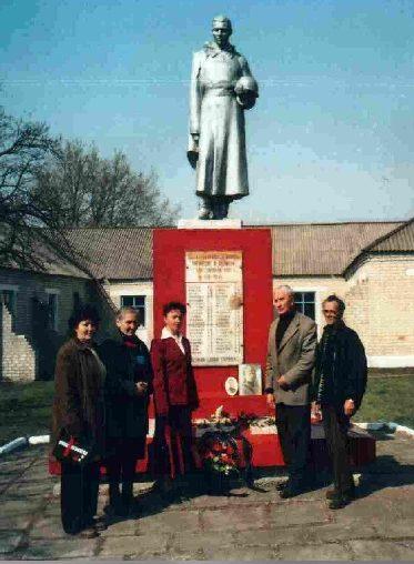 с. Большие Сети Пристенского р-на. Памятник, установленный на братской могиле советских воинов.