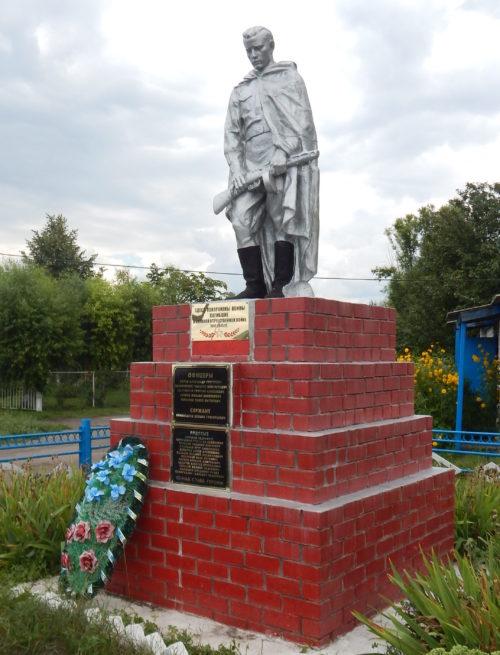 с. Кривец Мантуровского р-на. Памятник, установленный в 1950 году на братской могиле, в которой похоронен 21 советский воин.