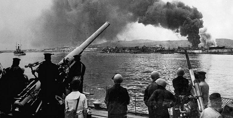 Моряки эсминца «Железняков» наблюдают за боями в Новороссийске. 16 сентября 1943 г.