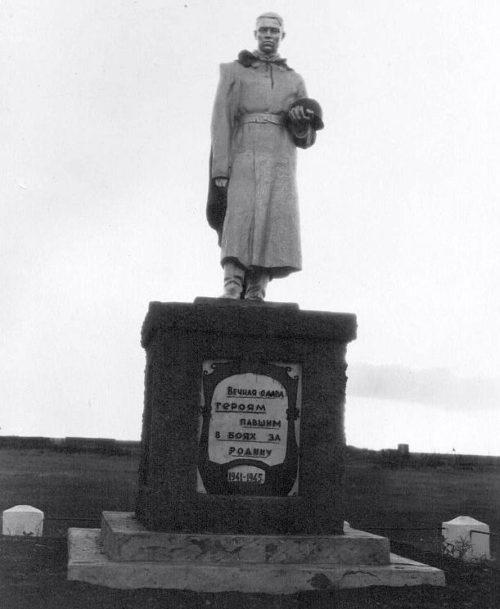 с. Вихровка Пристенского р-на. Памятник, установленный на братской могиле, в которой похоронено 140 советских воина, в т.ч. 105 неизвестных.