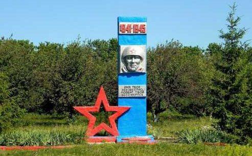 с. Крутые Верхи Мантуровского р-на. Памятник Неизвестному солдату у сельской школы.