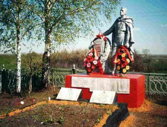 с. Двоелучное Пристенского р-на. Памятник, установленный на братской могиле советских воинов.
