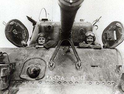 Два бразильских генерала позируют для фото в Шермане М4: генерал Дутра и командующий бразильской экспедиционной дивизией генерал Маскарен. 1945 г.
