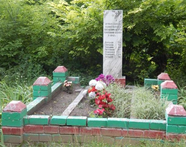 с. Куськино Мантуровского р-на. Памятник около школы, установленный на братской могиле, в которой похоронено 7 советских воинов.