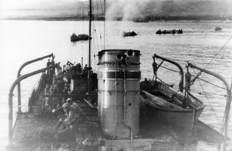 Тральщик Т-406 «Искатель» обеспечивает высадку десанта во время Новороссийско-Таманской наступательной операции. 22 сентября 1943 г.