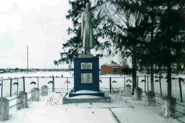 с. Ильинка Пристенского р-на. Памятник, установленный на братской могиле, в которой похоронено 62 советских воина, в т.ч. 23 неизвестных.