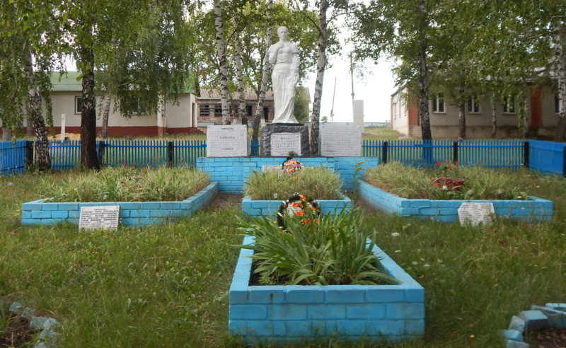 с. Куськино Мантуровского р-на. Памятник, установленный в 1966 году на братской могиле, в которой похоронено 46 советских воинов.