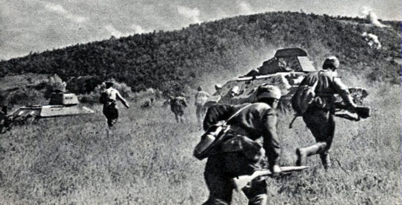 Пехота при поддержке танков атакует во время Новороссийско-Таманской наступательной операции. Сентябрь 1943 г.