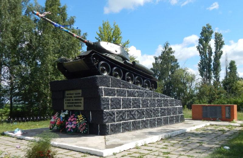 с. Мантурово. Памятник погибшим танкистам 96 танковой бригады у развилки дорог Мантурово - Старый Оскол. Памятник был открыт в 1978 году.