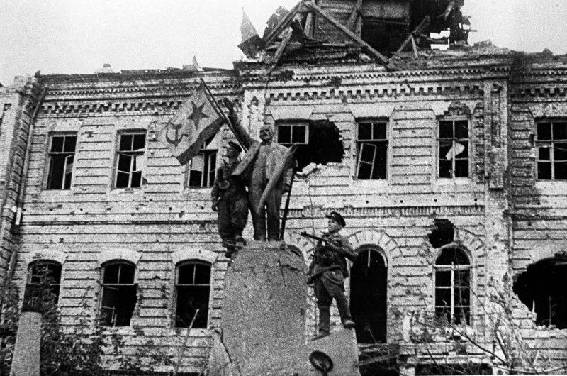 Памятник Ленину над Цемесской бухтой в освобожденном Новороссийске. Октябрь 1943 г.