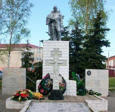 с. Мантурово. Памятник, установленный в 1958 году на братской могиле, в которой похоронено 77 советских воинов.