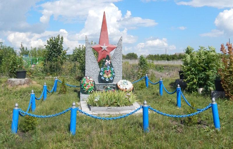с. Мяснянка Мантуровского р-на. Памятник у школы, установленный в 1965 году на братской могиле, в которой похоронено 5 советских воинов.