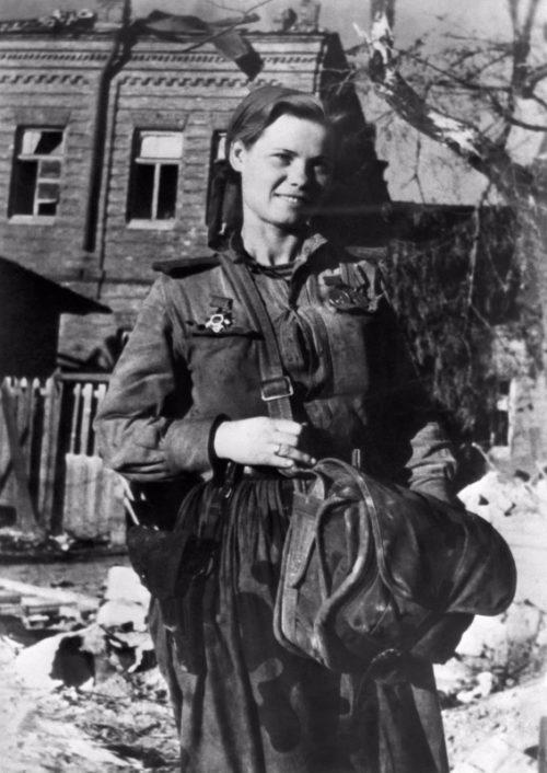 Санинструктор морской пехоты Надежда Лихацкая в освобожденном Новороссийске. Октябрь 1943 г.
