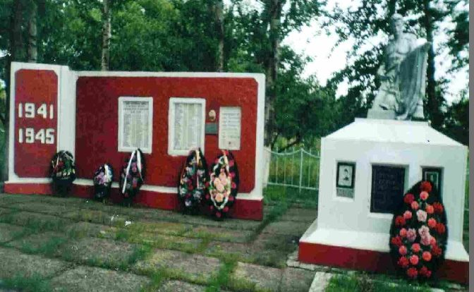 п. Кировский Пристенского р-на. Памятник, около школы, установленный на братской могиле советских воинов.