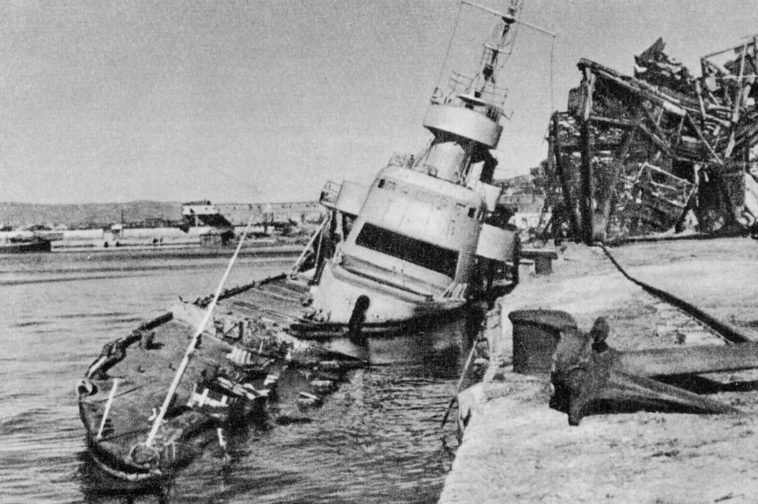 Потопленный лидер эскадренных миноносцев «Ташкент» после освобождения Новороссийска. 1944 г.