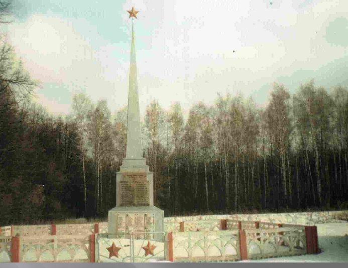 п. Комсомольский (Разрытое) Пристенского р-на. Памятник, установленный на братской могиле советских воинов.