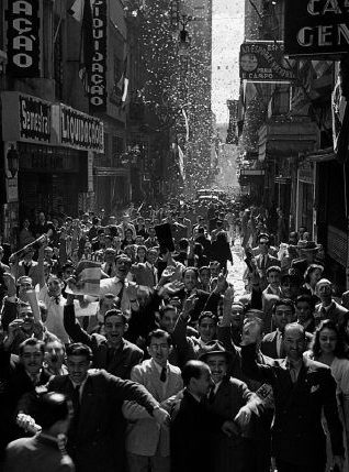 Празднование окончания войны на улице Сан-Бенту. Сан-Паулу, сентябрь 1945 г.
