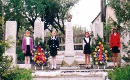 с. Котово Пристенского р-на. Памятник, установленный на братской могиле советских воинов.