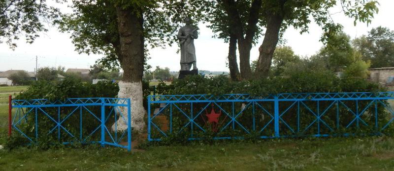 с. Репецкая Плата Мантуровского р-на. Памятник, установленный в 1961 году на братской могиле, в которой похоронено 25 советских воинов, в т.ч. 15 неизвестных.