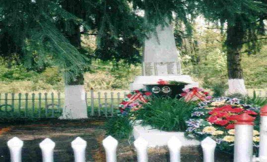 х. Озёрки Пристенского р-на. Памятник, установленный на братской могиле, в которой похоронено 32 советских воина, в т.ч. 7 неизвестных.