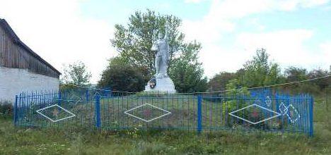 д. Рябиново Мантуровского р-на. Памятник, установленный в 1966 году на братской могиле, в которой похоронено 80 советских воинов.