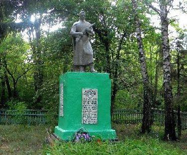 с. Свинец Мантуровского р-на. Памятник, установленный в 1966 году на братской могиле, в которой похоронено 55 советских воинов.