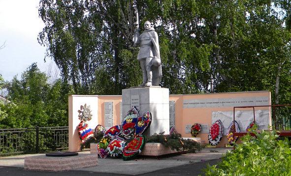 п. Пристень. Памятник, установленный в 1968 году на братской могиле, в которой похоронено 2368 советских воинов, в т.ч. 2305 неизвестных.