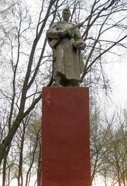 с. Ястребовка Мантуровского р-на. Памятник, установленный в 1965 году на братской могиле, в которой похоронено 347 советских воинов, в т.ч. 210 неизвестных.