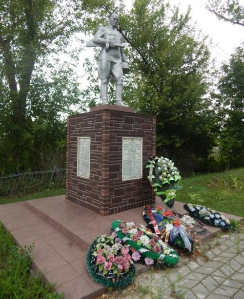 с. Ястребовка Мантуровского р-на. Памятник, установленный в 1965 году на братской могиле, в которой похоронено 250 советских воинов, в т.ч. 207 неизвестных.