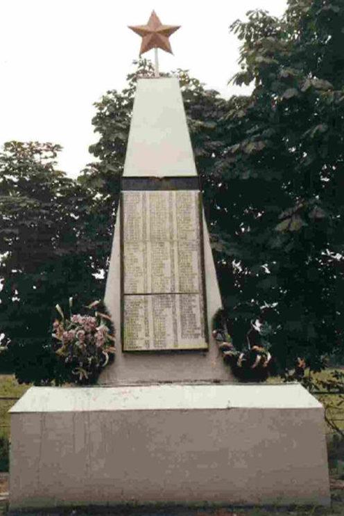 с. Сазановка Пристенского р-на. Памятник, установленный на братской могиле советских воинов.