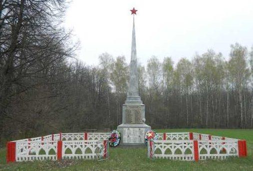 Пристенский р-н, Ярыгинский с/с. Памятник, установленный в 1951 году на братской могиле, в которой похоронено 724 советских воинов, в т.ч. 710 неизвестных.