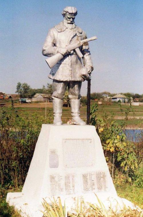 с. Анатольевка. Рыльского р-на. Памятник, установленный на братской могиле, в которой похоронено 149 советских воинов, в т.ч. 76 неизвестных.