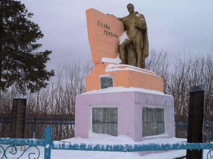 с. Асмолово Рыльского р-на. Памятник, установленный в 1963 году на братской могиле, в которой похоронено 185 советских воинов, в т.ч. 8 неизвестных.