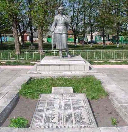 с. Ивановское Рыльского р-на. Памятник, установленный на братской могиле, в которой похоронено 72 советских воина.