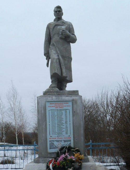 с. Капыстичи Рыльского р-на. Памятник, установленный в 1961 году на братской могиле, в которой похоронено 16 советских воинов.