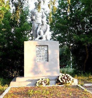 с. Крупец Рыльского р-на. Памятник, установленный на братской могиле, в которой похоронено 128 советских воинов, в т.ч. 17 неизвестных.
